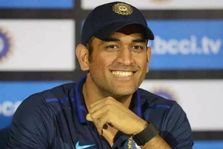MS Dhoni swaps his business class seat with economy class passenger