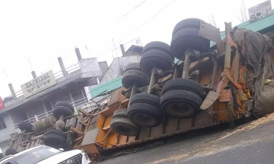16-wheeler truck turns turtle in Mawlei, Shillong, traffic jam clogs road