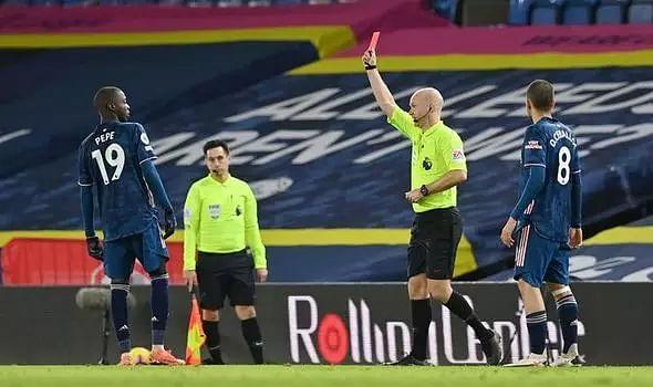 Ten-man Arsenal hold on for goalless draw