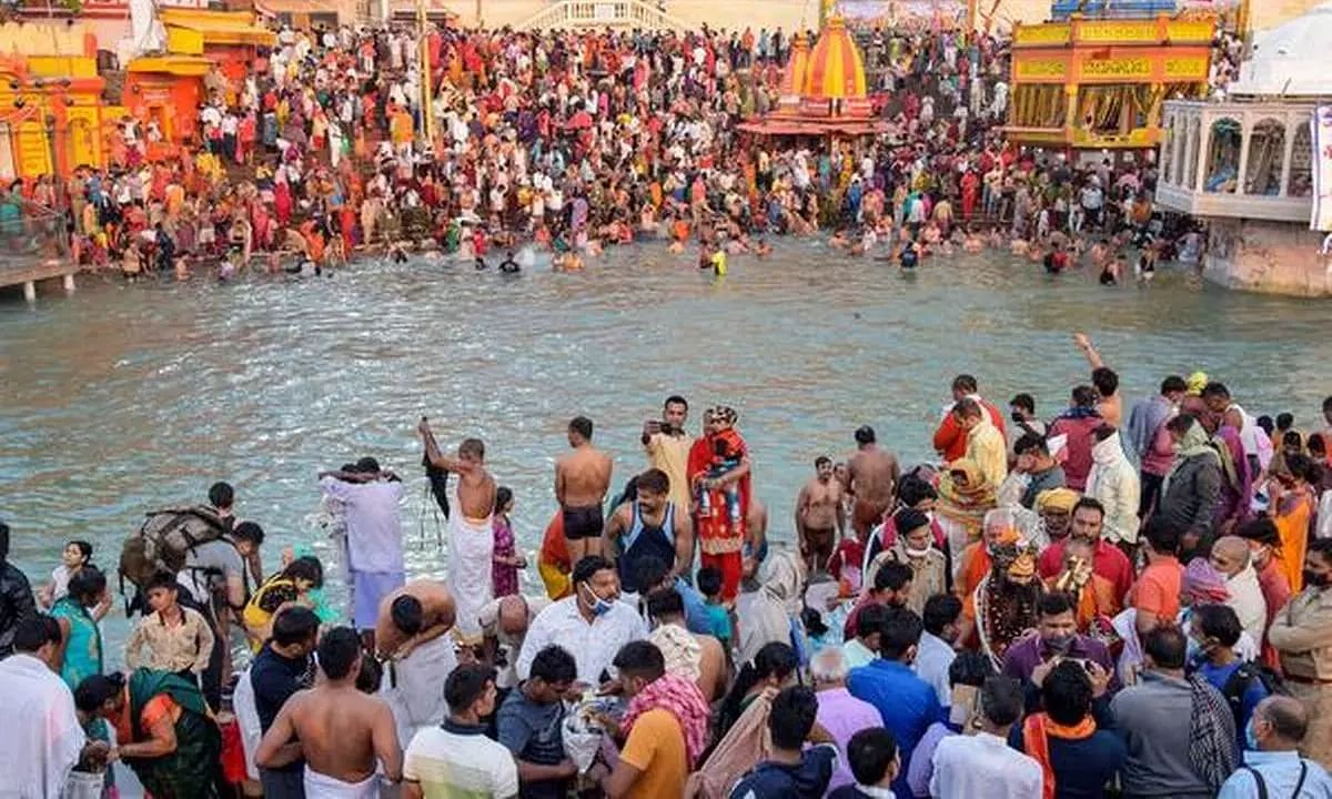 Kumbh Mela Devotees Flout COVID-19 Norms as they Gather for the Last Shahi Snan