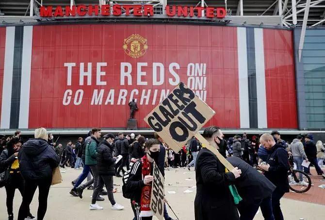 Manchester Uniteds Premier League-Liverpool tie postponed as fans storm pitch