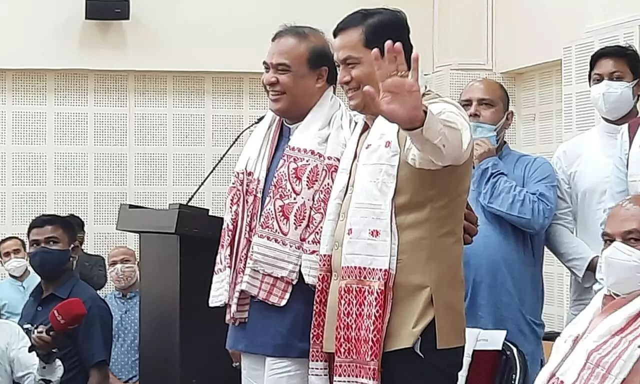 Outgoing CM Sonowals Pat on Himanata Biswas Back As Union Minister Narendra Singh Tomar Accounced Sarma as New CM of Assam