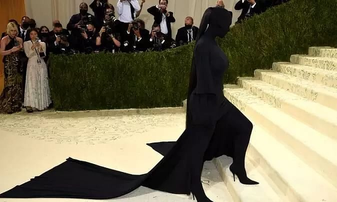 Kim Kardashian Stole Spot Light of Met Gala 2021 with her complete undercover Balenciaga look